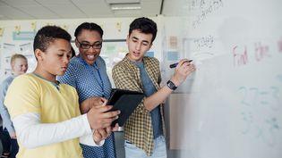 Comment redynamiser le système éducatif par le numérique après la pandémie ? Des millions de jeunes sont actuellement privés d'école dans le monde. Illustration (SOLSTOCK / E+ / GETTY IMAGES)