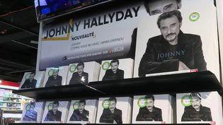 Dans la nuit du 5 au 6 décembre 2017, Johnny Hallyday disparaissait en plongeant des millions de fans dans une immense tristesse. Depuis, la star continue à sa manière d'être en haut de l'affiche. (FRANCE 2)