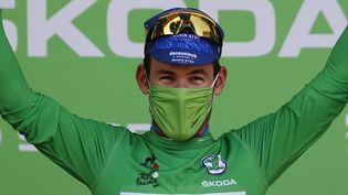 Mark Cavendish sur le podium après sa victoire sur la 13e étape du Tour de France 2021, vendredi 9 juillet. (THOMAS SAMSON / AFP)