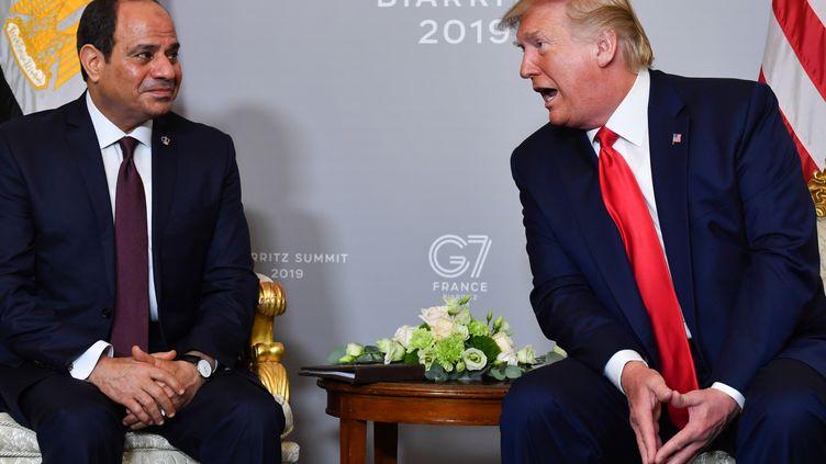 Le président égyptien et président de l'Union africaine, Abdel Fattah al-Sissi (à gauche) et le président américain Donald Trump (à droite) lors d'une réunion bilatérale à Biarritz, dans le sud-ouest de la France, le 26 août 2019, le troisième jour du sommet annuel du G7 Sommet. (NICHOLAS KAMM / AFP)