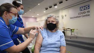 Sept sites de vaccination de masse contre le coronavirus ouvre ce lundi 11 janvier dans toute l'Angleterre. Ici, Margaret Austin, 87 ans, se fait vacciner à Stevenage. (JOE GIDDENS / AFP)
