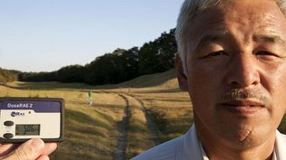 Naoto Matsumura le 2 novembre 2011. Dans un paysage aux couleurs automnales, le dosimètre indique 5 microsieverts par heure à 1,50 m du sol. Cela correspondrait sur une année à près de 44 fois la dose autorisée pour les populations.  (Antonio Pagnotta)