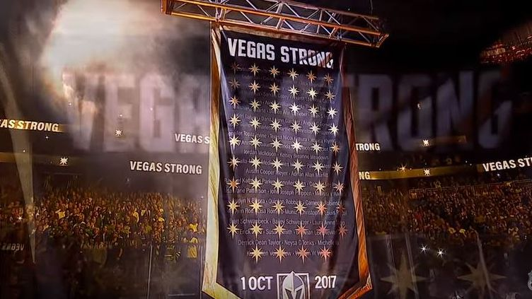 Un fanion géant est monté sous le toit du stade de Las Vegas (Nevada) où évolue les Golden Knights, équipe de hockey sur glace. (CAPTURE D'ÉCRAN YOUTUBE)