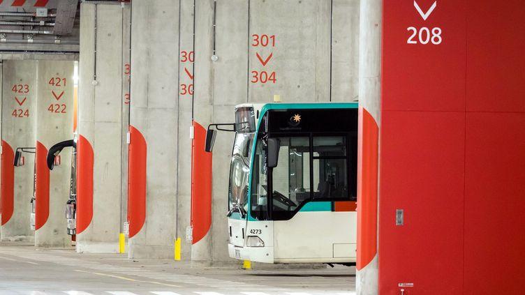 Un bus de la RATP dans un dépôt de la porte d'Orléans, à Paris, le 16 novembre 2017. (MAXPPP)