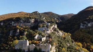 Direction le nord du Luberon (Vaucluse), où se trouve le fort de Buoux. En haut des falaises de ce massif, une ancienne citadelle perchée avec son château servait autrefois de refuge pour les chevaliers et les soldats. Des siècles plus tard, elle accueille des sportifs de haut niveau ou des artistes. (france 3)