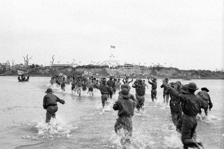 9 mars 1973. Les prisonniers Nord-vietnamiens libérés par les Sud-Vietnamiens courent vers leurs compagnons d'armes.  (Chu Chi Thành)