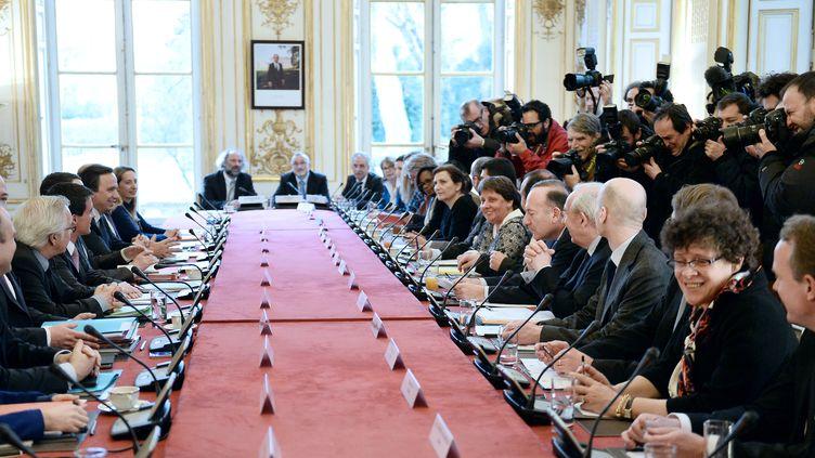 Le Premier ministre, Manuel Valls, et les représentants des partenaires sociaux, le 25 février 2015, à Paris. (STEPHANE DE SAKUTIN / AFP)