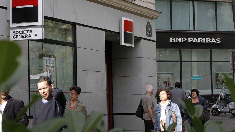 Les devantures de la Société Générale et de BNP Paribas le 12 septembre 2011 à Paris. (PATRICK KOVARIK / AFP)