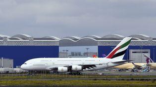 Un avion A380 de la compagnie Emirates Airlines devant les hangars du constructeur Airbus à l'aéroport de Toulouse-Blagnac (Haute-Garonne), le 19 octobre 2017. (PASCAL PAVANI / AFP)