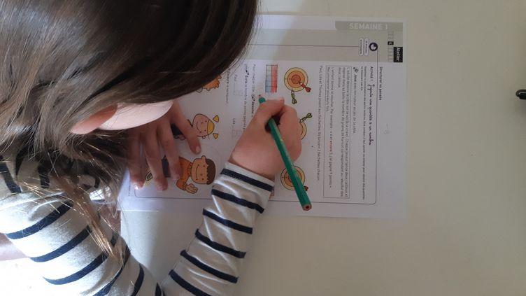 Une jeune fille fait ses devoirs, pendant le confinement, à Châteauroux, le 7 avril 2020. (GAËLLE FONTENIT / FRANCE-BLEU BERRY)