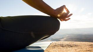 """Les thérapies basées sur la """"méditation de pleine conscience"""" sont une """"alternative"""" aussi efficace que les traitements standard pour éviter la rechute de dépression, selon une étude publiée le 21 avril 2015. (JORDAN SIEMENS / TAXI / GETTY IMAGES)"""