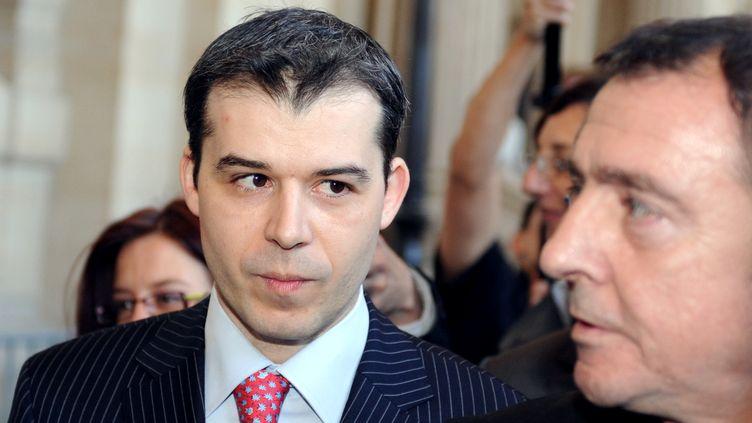 Le juge Fabrice Burgaud quitte le palais de justice, le 24 avril 2009, en compagnie de son avocat, Patrick Maisonneuve,après l'annonce par le Conseil supérieur de la magistrature (CSM) de sa sanction pour son instruction du procès d'Outreau. (BORIS HORVAT / AFP)