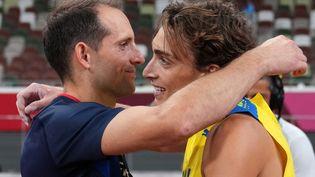 Renaud Lavillenie et Armand Duplantis lors de la finale du saut à la perche des Jeux olympiques de Tokyo, au Japon, le 3 août 2021. (MATTHIAS SCHRADER / AFP)