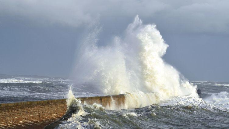 Une vague s'écrase sur un brise-lames à Ploemeur (Morbihan), le 5 février 2014. (FRANK PERRY / AFP)