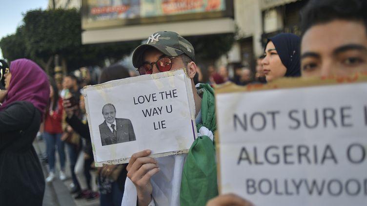 Des étudiants algériens sont descendus dans les rues de la capitale Alger, le 12 mars 2019. (RYAD KRAMDI / AFP)