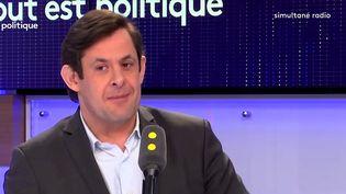 """Le conseiller régionalsocialisted'Ile-de-France,François Kalfon, était l'invité de l'émission """"Tout est politique"""", jeudi22 mars, sur franceinfo. (FRANCEINFO)"""