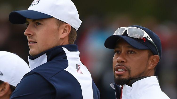 Jordan Spieth, la nouvelle perle du golf américain, avec Tiger Woods, l'ancien maître du golf mondial (TIMOTHY A. CLARY / AFP)