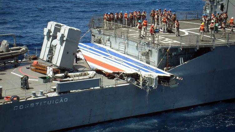 Un débris de l'A330 d'Air France reliant Rio à Paris est transporté par un navire militaire brésilien, en juin 2009, dans l'océan Atlantique. (BRAZILIAN NAVY / AFP)