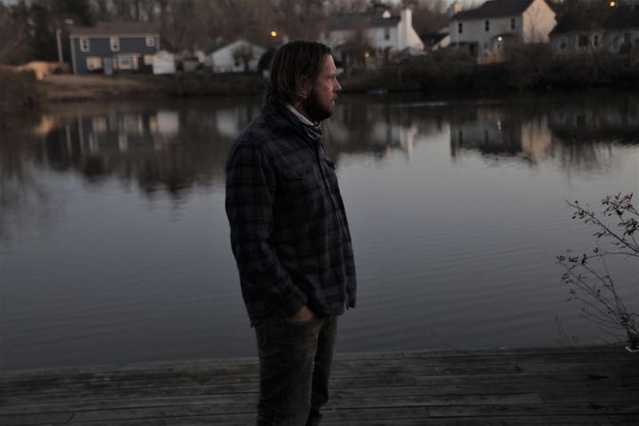 Jake Hiles in his garden overlooking a lake in Virginia Beach (United States), January 12, 2021. & nbsp;  (VALENTINE PASQUESOONE / FRANCEINFO)
