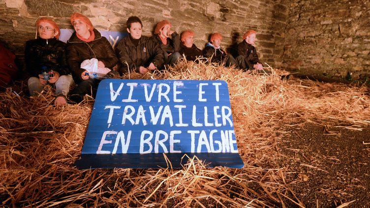 Des employés de l'entreprise Tilly-Sabco, en difficulté, le 4 novembre 2013 à Morlaix. (DAMIEN MEYER / AFP)