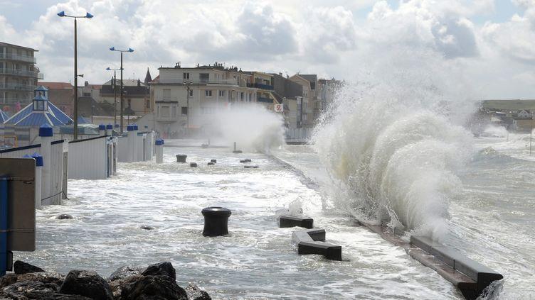 Sur la digue de Wimereux (Pas-de-Calais), lors d'un coup de vent, le 11 août 2014. (MAXPPP)
