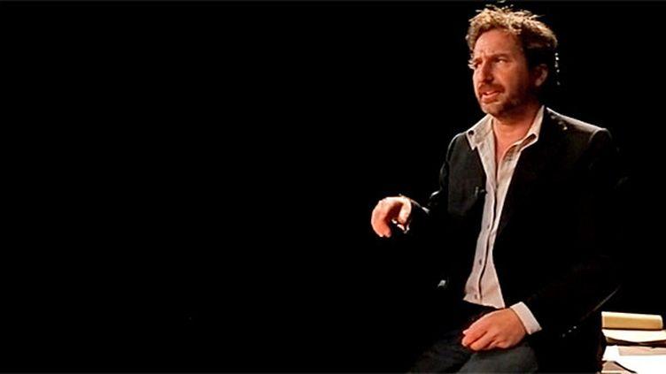 """Edouard Baer se glisse dans la peau de Patrick Modiano pour """"Un Pedigree""""  (DR)"""
