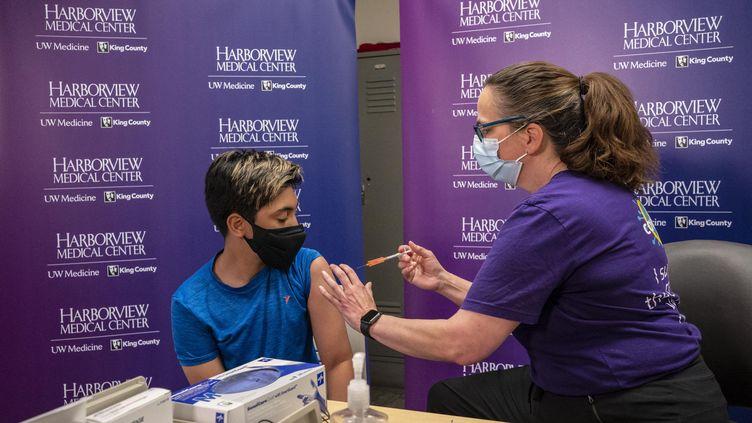 Un Américain de 12 ans reçoit une première dose du vaccin Pfizer-BioNTech, le 13 mai 2021 à Seattle, dans l'Etat de Washington (Etats-Unis). (DAVID RYDER / GETTY IMAGES NORTH AMERICA / AFP)