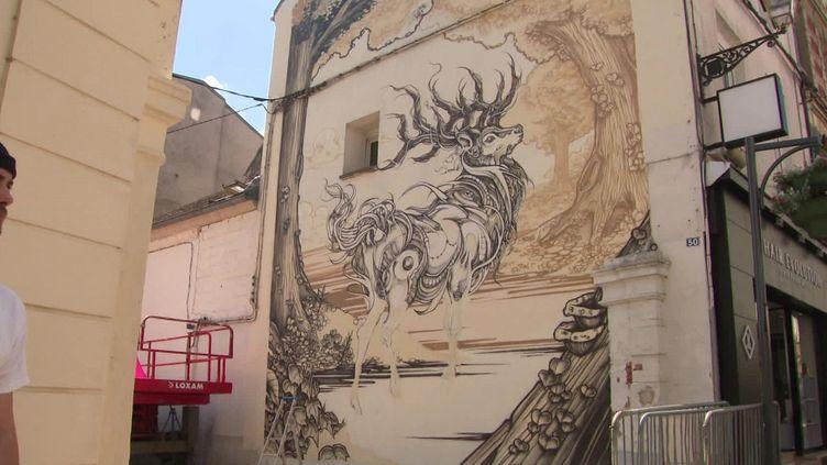 Une peinture réalisée par le graffeur Florent Berthuit, qui s'est inspiré d'une fable de La Fontaine. (FRANCEINFO)