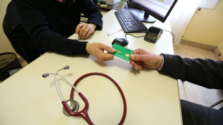 Un médecin pendant une consultation à Coray (Finistère), le 11 mars 2016. (MAXPPP)