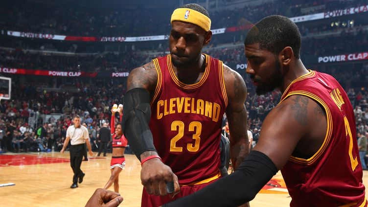 LeBron James et Kyrie Irving, les deux hommes forts de Cleveland. (NATHANIEL S. BUTLER / NBAE / GETTY IMAGES)