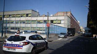 Des policiers patrouillent à Pantin (Seine-Saint-Denis), le 16 août 2015,à proximité d'un garage du ministère de l'Intérieur, où un agent a été blessé par balle. (STEPHANE DE SAKUTIN / AFP)