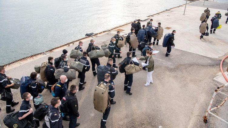 """Des marins débarquent du porte-avions """"Charles de Gaulle"""", rentré prématurément au port de Toulon (Var)après le diagnostic positif de marins au Covid-19. (L MARTINAT / MAXPPP)"""