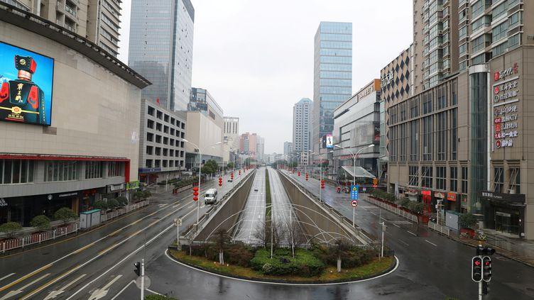 Une rue déserte de Wuhan après l'interdiction des véhicules non essentiels dans le centre de la ville, dimanche 26 janvier 2020. (REUTERS)