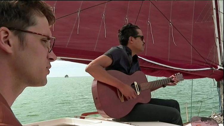 Le chanteur du groupe Radio Elvis fait une balade en bateau an lendemain du concert des Francos (France Télévisions)
