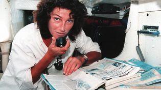 La navigatrice Florence Arthaud teste la radio de son voilier, le 25 juillet 1997, à Arcachon (Gironde), avant la course en solitaire du Figaro. (DERRICK CEYRAC / AFP)