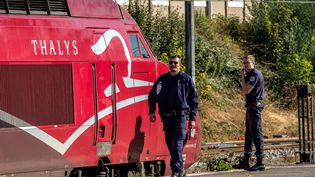 Des policiers aux abords du train Thalys attaqué, le 21 août 2015, à Arras (Pas-de-Calais). (PHILIPPE HUGUEN / AFP)