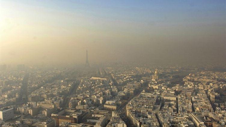 Paris sous un nuage de pollution (archives 2006). (AFP/STEPHANE DE SAKUTIN)