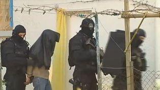 Des policiers arrêtent un suspect, près de Nantes (Loire-Atlantique), le 30 mars 2012, dans le cadre d'une opération contre les milieux islamistes. (FTVI / FRANCE 2)