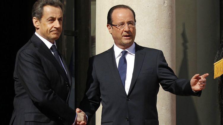 François Hollande et Nicolas Sarkozy lors de la passation de pouvoirs à l'Elysée, à Paris,le 15 mai 2012. (BENOIT TESSIER / REUTERS)