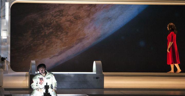 La vue sur la Lune depuis la navette spatiale. Scène de la rencontre enttre Rodolfo et Mimi.  (Bernd Uhlig / Opéra national de Paris)