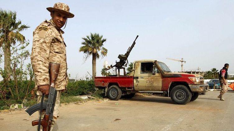 Un soldat des forces libyennes à un chekpoint dans l'est du pays  (Un soldat libyen à un chekpoint dans l'est du pays. )