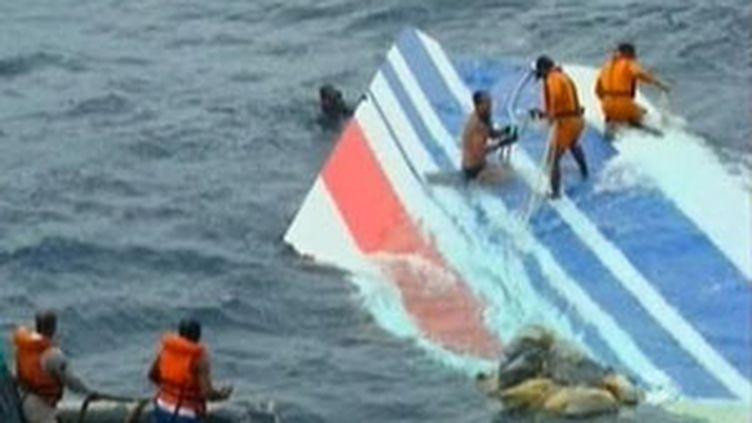 Les marins de l'armée brésilienne ont repêché la dérive de l'Airbus A330 AF 447 (France 2)