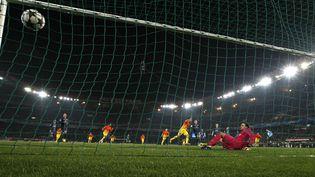 Le milieu de terrain du FC Barcelone Xavi trompe le gardien parisien Salvatore Sirigu, mardi 2 avril 2013, lors du quart de finale aller de la Ligue des champions PSG-Barcelone, au Parc des Princes. (FRANÇOIS MORI / AP / SIPA)