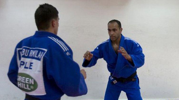 Le judoka Abu Rmeileh (de face), premier Palestinien qualifié directement pour les JO