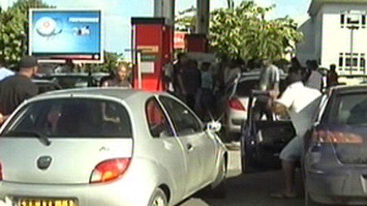 Une pompe à essence en Guadeloupe, lors de la grève générale début 2009 (© France 2)