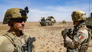Des soldats français de l'opération Barkhane dans le désert du Sahel, au Mali, en janvier 2021. (FREDERIC PETRY / HANS LUCAS / AFP)
