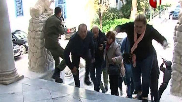 Une capture d'écran de la chaîne de télévision tunisienne Tunisia 1 montre des gens qui s'enfuient du musée du Bardo, à Tunis (Tunisie), mercredi 18 mars 2015, lors d'une attaque terroriste. (TUNISIA 1 / AFP)