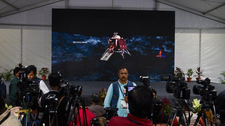 Des journalistes travaillent dans les locaux de l'agence spatiale indienne, à Bangalore (Inde), le 6 septembre 2019. (MANJUNATH KIRAN / AFP)