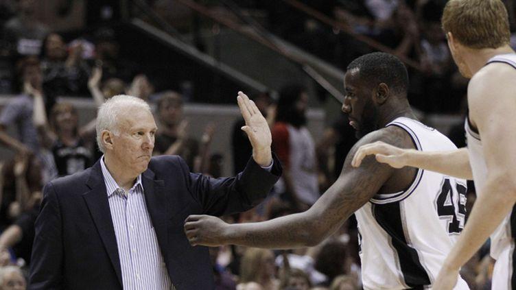 Le coach des Spurs Gregg Popovich félicite ses joueurs