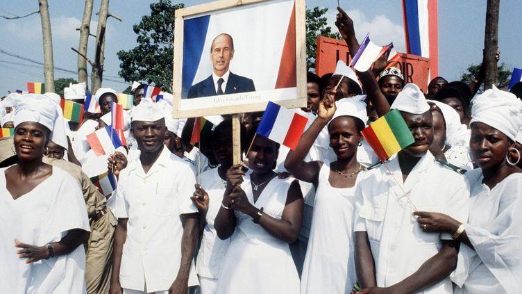 Des Guinéens brandissent le portrait de Valéry Giscard d'Estaing lors d'un voyage officiel en Guinée du 20 au 22 décembre 1978. (GEORGES BENDRIHEM / AFP)